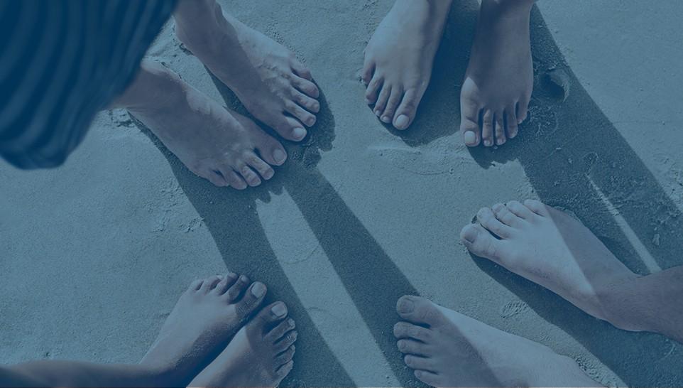 fødder i sand